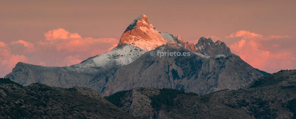 Atardecer con nieve en la Serra de Bèrnia