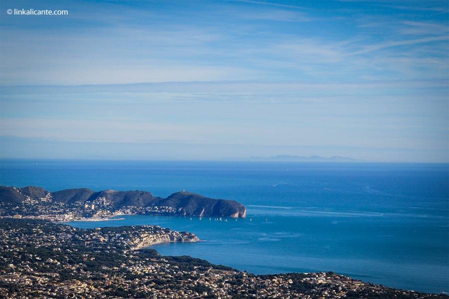 El Cap d'Or visto desde la Sierra de Oltá. Al fondo, Ibiza