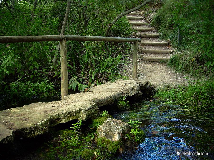 Pasarela en la ruta del nacimiento del Río Vinalopó